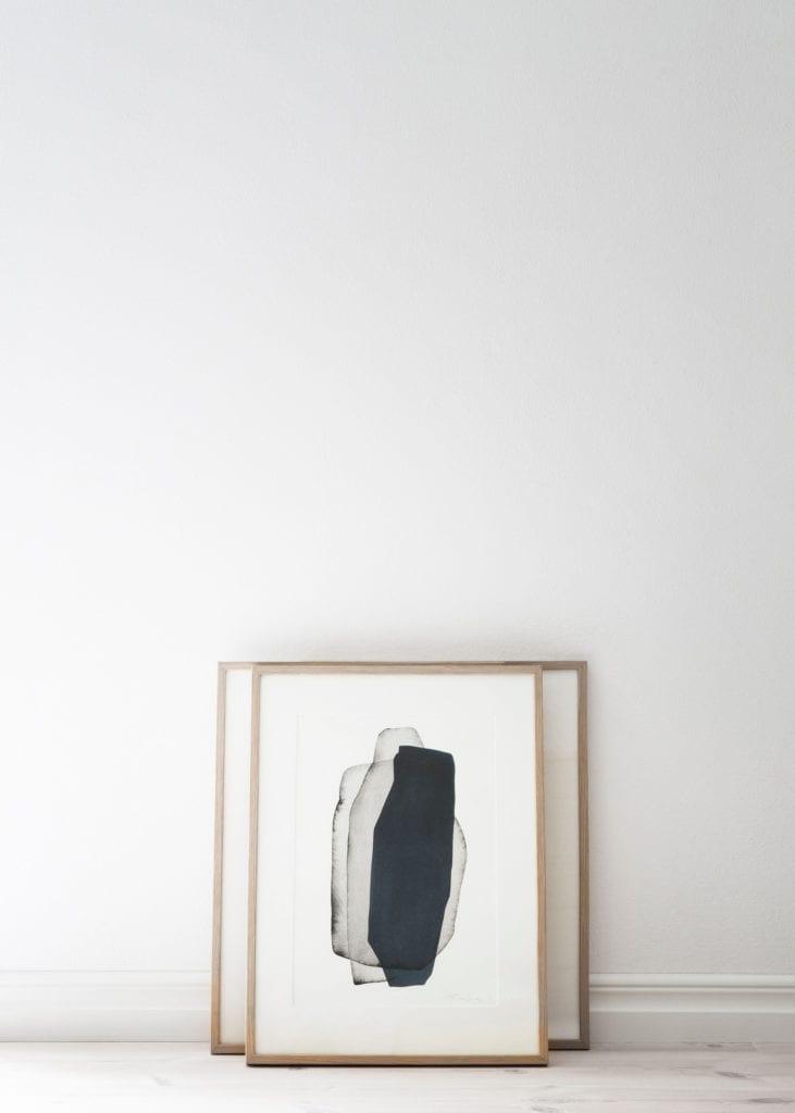 Engberg-Interior-Studio-morkbla-tavla-staende